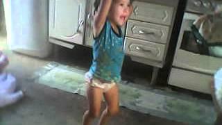 menina de dois anos dança ku duroMOV_0000005.avi