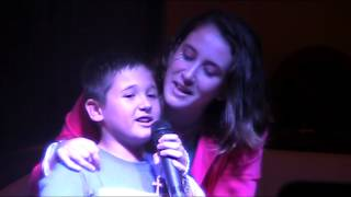 Elisa Chumillas y Joel cantando vuelvo a verte de Malú y Pablo Alborán.