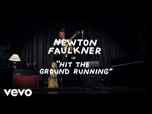 Videoclip ''Hit the ground running'', de Newton Faulkner.