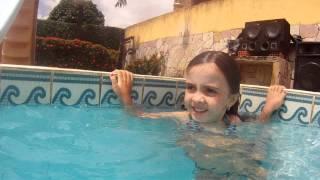 Maria Eduarda na piscina