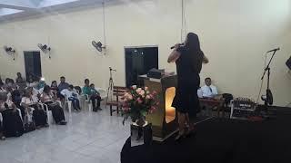 Cantora Mirian  Guedes cantando o hino só quem tem raiz
