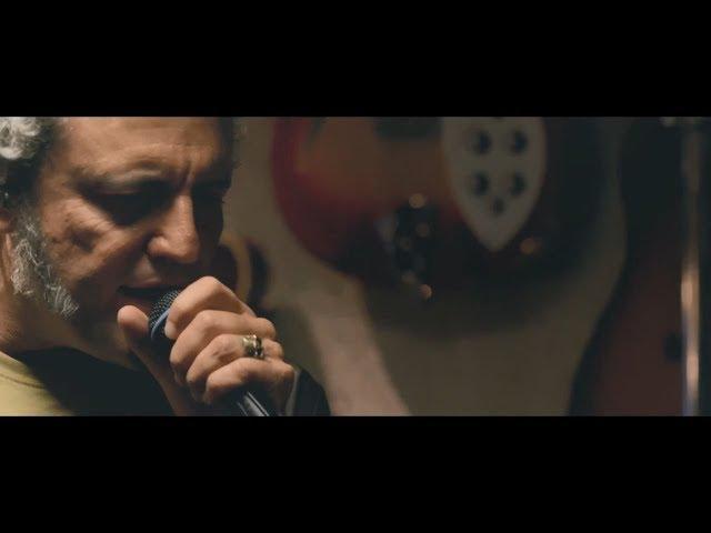 """Tarque - Ahora y en la hora (Videoclip Oficial en Directo)  TARQUE ya disponible en: https://WarnerMusicSpain.lnk.to/tarqu...  Grabado en directo, en los estudios Riff Raff Versiones originales incluidas en """"Tarque"""" Producido por Carlos Raya  Carlos TARQUE: Voz Carlos Raya: Guitarra Iván González """"Chapo"""": Bajo Coki Giménez: Batería  Videos dirigidos por @lasdelcine  Youtube: https://www.youtube.com/channel/UCc1o...  Ahora y en la hora ya disponible en: https://WarnerMusicSpain.lnk.to/tarqu...  Sigue a Tarque en:  https://www.instagram.com/tarqueofici... https://www.facebook.com/tarqueoficial/"""