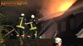 Dachstuhl von Reihenhaus in Syke lichterloh in Flammen (26.01.2015)