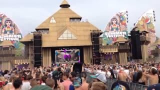Summerfestival Yellow Claw fans send a girl flying!