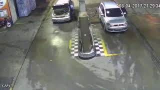 Carro explode no posto de  combustível  celular causa explosão !