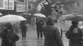 Erik Satie bajo la lluvia.