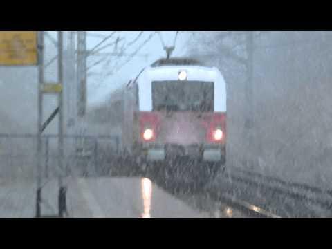 Husarz w biało-czerwonym malowaniu z Berlin-Warszawa-Express przejazdem na E20+atak śnieżycy.