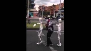 El mejor disfraz de Halloween (esqueletos bailarines)