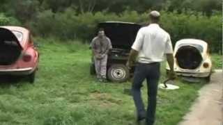 Gaúcho consertando carro