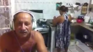 Homem assusta mulher com grito