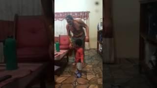 Abuelo y nieto bailarines