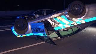 Řidič v Praze naboural policejní zátaras, služební vůz skončil na střeše
