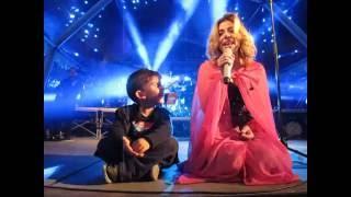 Mónica Sintra em palco com o filho