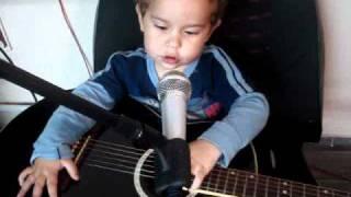Erick 2 anos e 7 meses cantando victor e Leo, Jorge e Matheus e paga pau