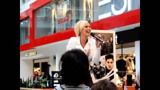 Sanna Nielsen - Undo (live at Solna Centrum)