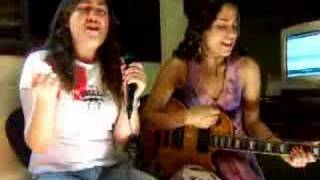 "Iara e Elisa cantando ""Total eclipse of the heart"""