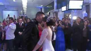 Wilian Nascimento cantando para os noivos