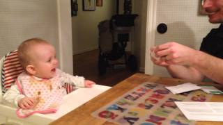 Tuva-Li skrattar när pappa river papper