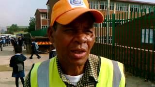 Johannesburg: Oldie helps kids cross road
