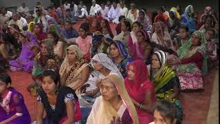 सतनामी आश्रम लालूमऊ में राम कथा को श्रवण करते भक्तगण