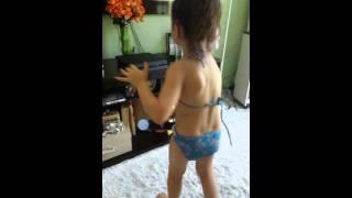 criança dançando just dance 2016