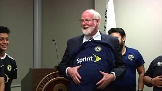 En el City Hall, la compañía Sprint donó $10,000 al equipo sub-13 de Soccer Nation Academy