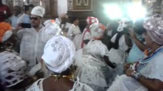 Filhas de santo entram dançando em igreja de Salvador (Oh, que coisa bonita!)