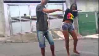 Menina possuída dançando o Passinho do Romano