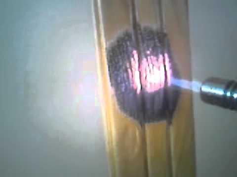 Yanmayan tahta, nano teknolojik koruyucuyla kaplanmış ahşap alevde yanmıyor.