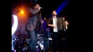 """Leonardo canta """"Pega fogo cabaré"""" com Gabriel Pelizzaro no Rei da noite em Jundiaí-SP 08-06-2013"""