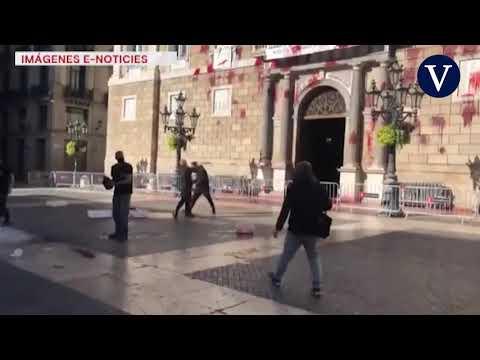 Atacan la fachada del Palau de la Generalitat con sangre animal