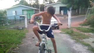 Andando de bicicleta com som de moto