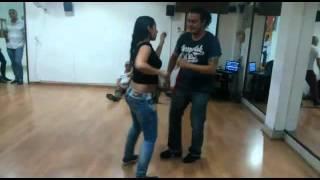 Bailando con Caro Puerta en una práctica