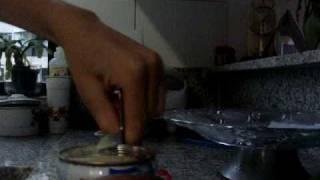 Canhota abrindo lata de leite condensado