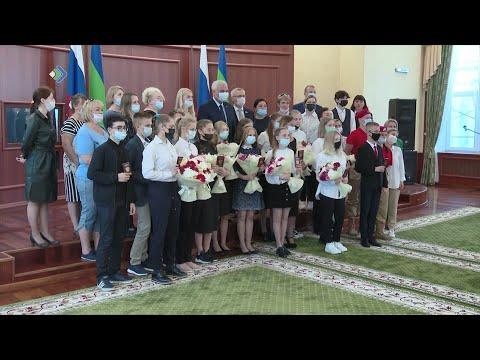 Юным жителям Коми, которым накануне исполнилось 14 лет, вручили паспорта.
