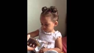 """Sofia se emociona ao ouvir """"A bonequinha -Xuxa"""""""