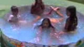 Crianças brincando na piscina.