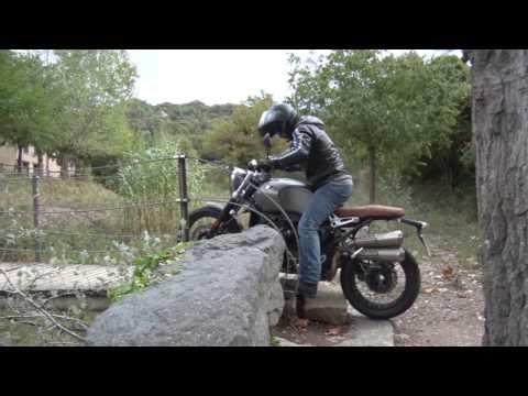 Motosx1000 : Nos vamos de curvas con Charly Sinewan y la BMW Nine-T Scrambler