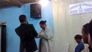 Cantora skarllaty e missionário cantando o louvor a gloria da segunda casa