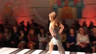 Modelo mirim desfilando na Fashion Week Kids Sao Paulo