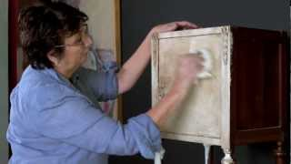 Annie Sloan - Chalk Paint® tutorial No.1 - one-colour distressing technique with dark wax.