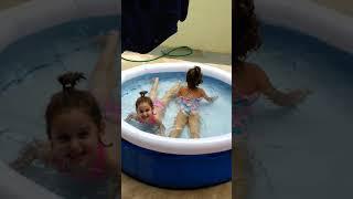 Meninas Lolo e Lala girando na piscina