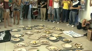 Alunos fazem protestos contra comida servida no Restaurante da UFPB