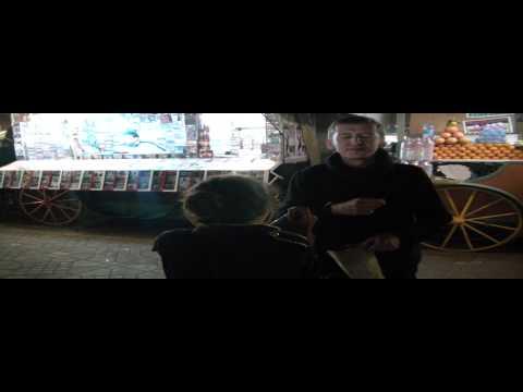 Plac w Marakeszu, Oli i upierdliwa sprzedawczyni chusteczek