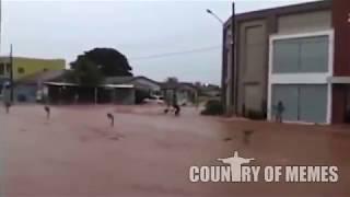 Cara 300% Putasso com a enchente que levou a moto dele