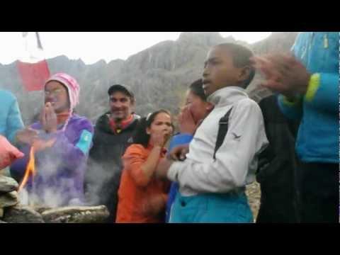 Laguna verde con niños de Nepal Abril 2012