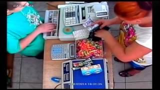 Video de Mulher enganando caixa e pegando o troco sem dar o dinheiro