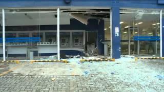 Após explosão de caixas eletrônicos, pedestres pegam dinheiro do chão
