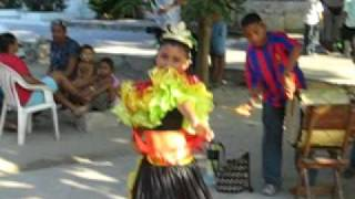 Niña baila Cumbia