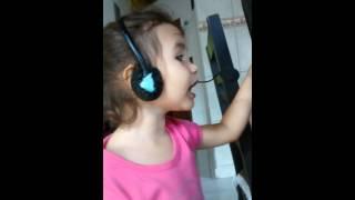 Bia cantando a bonequinha, da Xuxa